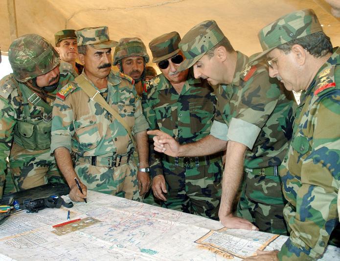 Президент Сирии Башар Асад и офицеры правительственных войск в кепи без кокард, источник