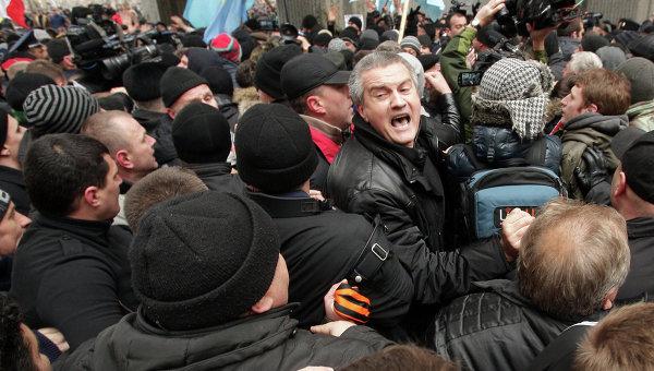 Сергей Аксенов на митинге у Верховного совета Крыма 26 февраля (источник)