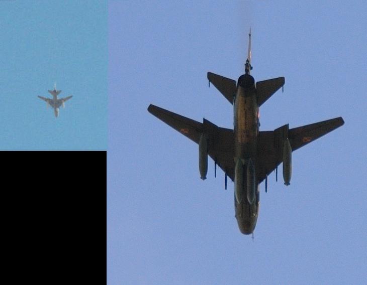 Слева: самолет в небе над Кафер-Небелем; справа: Су-22 польских ВВС